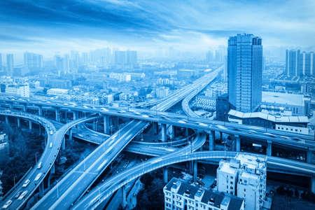Passerelle de ville avec tonalité bleue, échange d'autoroutes et viaducs à Hangzhou