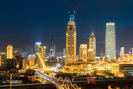 Tianjin nachtscènes, moderne gebouwen en verkeersbrug in de zakenwijk Stockfoto - 70799467