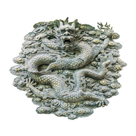 Mur de sculpture traditionnel en laiton dragon isolé sur blanc avec un tracé de détourage Banque d'images - 78531384