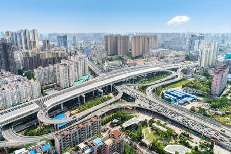 市内の空撮インターチェンジの高架都市交通開発、中国の武漢隣で美しい街並み青空と 写真素材