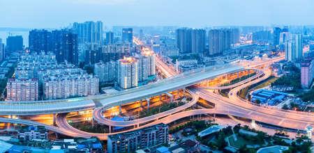 日暮れ、中国・武漢市インターチェンジのパノラマ ビュー 写真素材