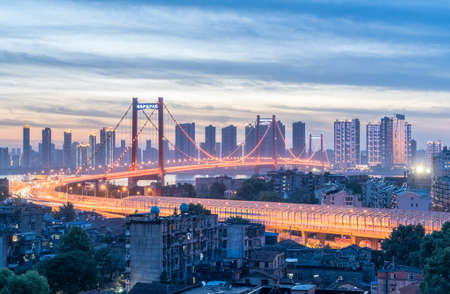 日暮れ、湖北省、中国の武漢 yingwuzhou 揚子江橋 写真素材