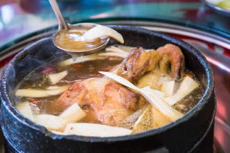 鶏といくつかの野生の菌茸を沸騰させる石鍋でおいしい料理