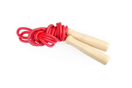 saltar: cuerda de saltar roja con mangos de madera aislado en blanco