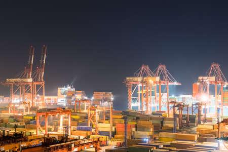 Terminal de conteneurs d'expédition dans la nuit, le port moderne occupé à Shanghai Banque d'images - 84558083