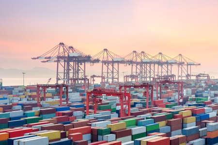 terminal kontenera w zachodzie słońca, Szanghaj yangshan deep water port, Chiny