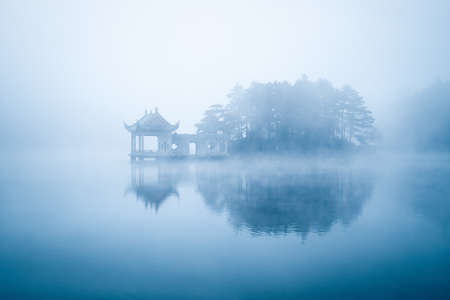 lake in fog, beautiful lushan mountain landscape, China 免版税图像