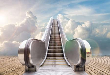 buiten roltrap naar de hemel, abstracte achtergrond van stijgende weg naar de hemel of succes Stockfoto