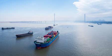 porte-conteneurs amarrés à entrer au port d & # 39 ; ancrage sur la rivière huangpu avec pont à haubans contrôlé , le concept de transport d & # 39 ; eau