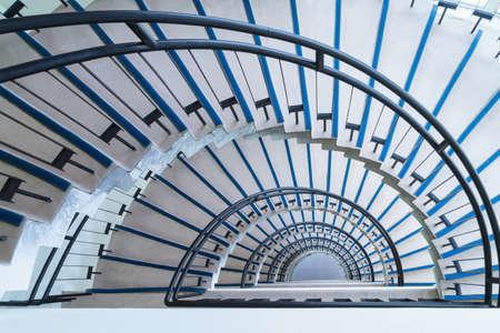 Einfache, moderne Halbkreistreppe, Wendeltreppe, Blick von oben nach unten Standard-Bild