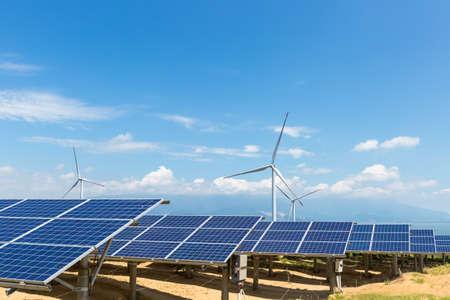 zonne-energiecentrale en windmolenpark aan de oever van het meer van Poyang, energie met heldere hemel Stockfoto