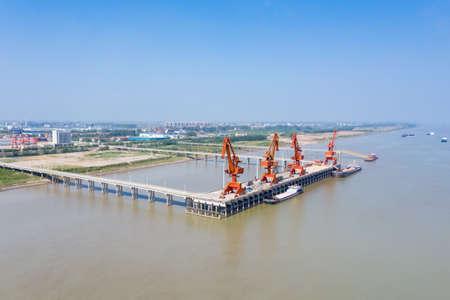 xiaochi cargo wharf, dock cranes on yangtze river Stockfoto
