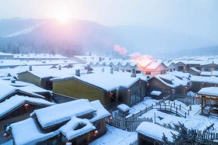 Paisaje del municipio de nieve en la salida del sol, granja forestal de shuangfeng, provincia de Heilongjiang, China Foto de archivo