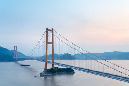 Zhoushan sea-crossing bridge (Xihoumen Bridge) at dusk 免版税图像