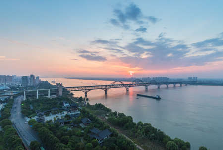 jiujiang combined highway and railway bridge, yangtze river in summer dusk, jiangxi province, China 免版税图像