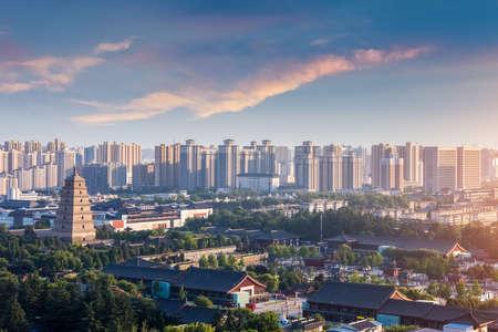 Gran pagoda del ganso salvaje al anochecer en Xian, China