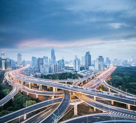 échangeur de la ville de shanghai, viaduc de la route est de yan 'an à la tombée de la nuit