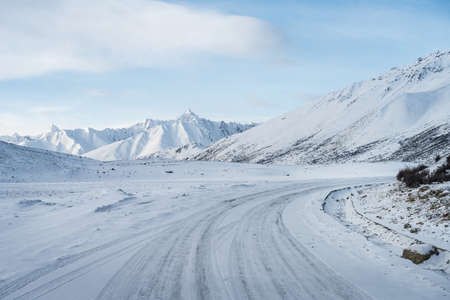road on snow covered plateau, tibit, China Imagens