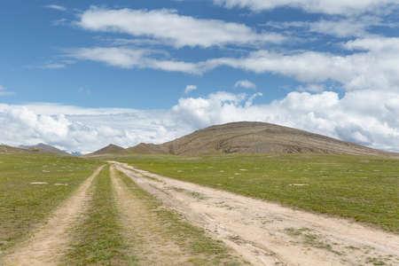 dirt road on plateau, beautiful natural scenery Imagens
