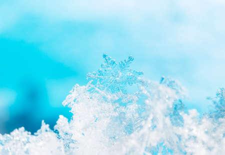Foto echte sneeuwvlokken tijdens een sneeuwval, onder natuurlijke omstandigheden bij lage temperatuur Stockfoto - 94772009