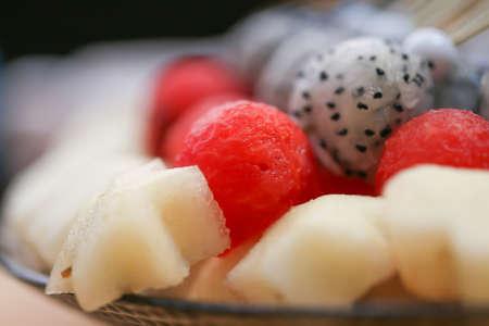 brochetas de frutas: brochetas de frutas en un plato.