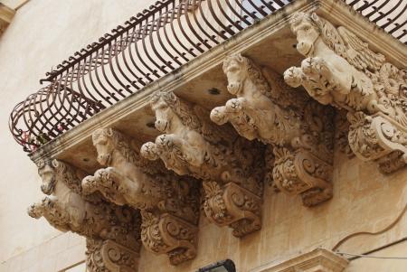 cheval ail� sous le balcon, Noto, Sicile