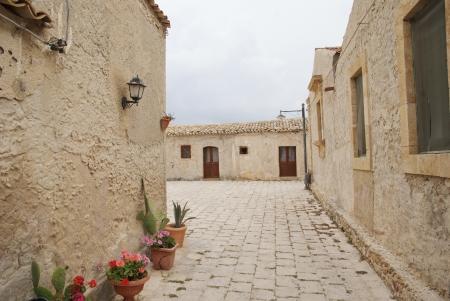 marcher sur la rue de Marzamemi, Sicile Banque d'images