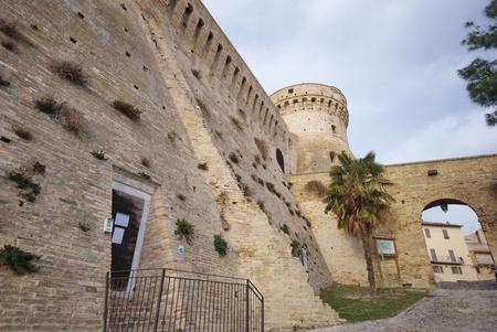 Acquaviva Picena forteresse, l'un des plus grands ch�teaux dans la r�gion des Marches, reconstruite par Baccio Pontelli dans le 15�me si�cle. Est en fait un mus�e et une attraction touristique