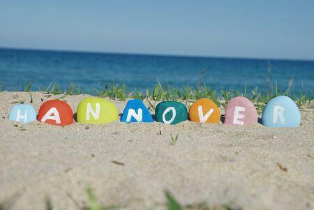 Hanovre sur des cailloux avec fond de plage