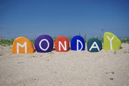 Lundi, premier jour de la semaine sur des pierres color�es