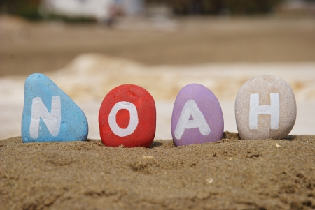 Noah, pr�nom masculin sur des cailloux color�s Banque d'images