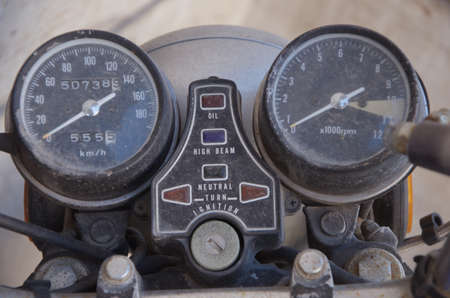 tachym�tre et compteur de vitesse poussi�reux Banque d'images