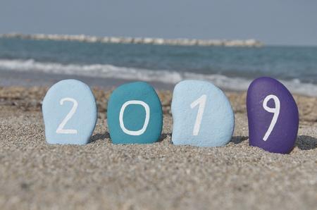 Renkli taşlar üzerinde 2019 Mutlu
