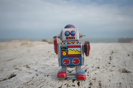 Kayalar üzerinde Benim tatlı teneke oyuncak robot Stock Photo