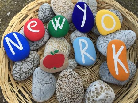 New York, renkli taşlar üzerinde eşyalar