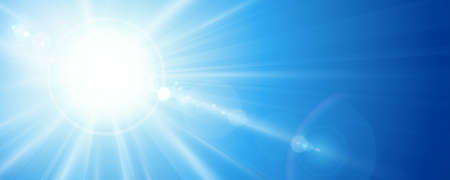 태양 광선과 렌즈의 수평, 파노라마 형식으로 밝은 푸른 하늘에 플레어. 텍스트를위한 공간입니다.