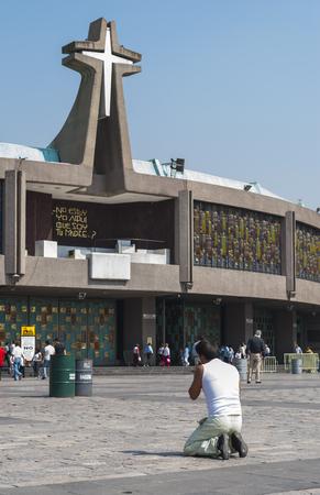 cat�licismo: Ciudad de M�xico, M�xico - 25 de mayo 2011: Un peregrino reza de rodillas delante de la Bas�lica de Nuestra Se�ora de Guadalupe. Esta iglesia es uno de los lugares de peregrinaci�n m�s populares del catolicismo en el mundo. La nueva Bas�lica fue construida en 1976, junto a la antigua.