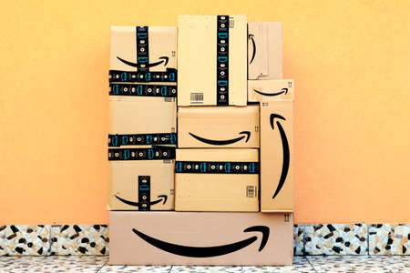 USA – February 25, 2021: AMAZON Shipping Cardboard Boxes. Amazon is an American Multinational Technology Company of e-commerce Redactioneel