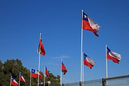 Banderas de Chile en el cielo azul Foto de archivo