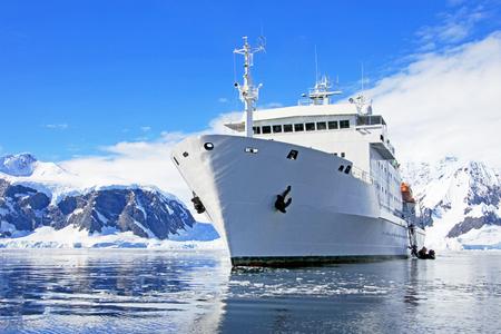 南極海、南極大陸で大きなクルーズ船