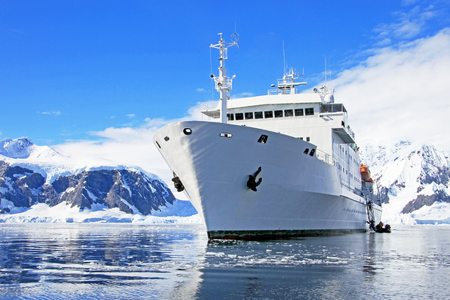 Big cruise ship in Antarctic waters, Antarctica 版權商用圖片 - 83277885