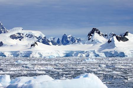 Beautiful mountains and ice floes, Antarctic Peninsula, Antarctica Archivio Fotografico