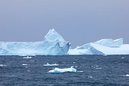 Paisaje antártico, icebergs, montañas y océano, Península Antártica Antártida Foto de archivo - 83232579