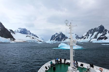 Kreuzfahrtschiff crust um Eisschollen in den antarktischen Gewässern, Antarktis