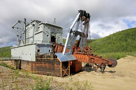 Die Überreste eines historischen delelict Goldbaggers auf Bonanza-Nebenfluss nahe Dawson City, Yukon, Kanada