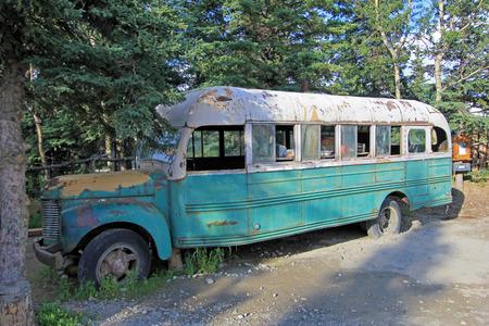 Nice abandoned green white bus, near Fairbanks Healy, Alaska, USA 版權商用圖片