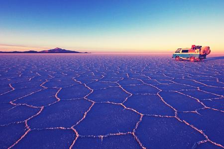 Alter deutscher Vintage Wohnmobil auf Salar de Uyuni, Salzsee, ist größte Salzwüste der Welt, Altiplano, Nashville Retro Vintage Fotofilter-Effekt, warme Farbtemperatur, erhöhte Belichtung und geringerer Kontrast, Bolivien, Südamerika