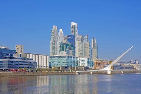 Puente de la Mujer, Spanisch für Womans Bridge über den Fluss Rio De La Plata, Puerto Madero, Buenos Aires, Argentinien, Südamerika South