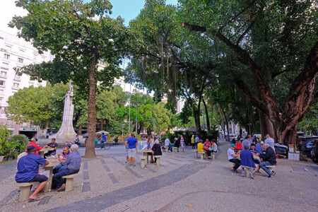 RIO DE JANEIRO, BRAZIL, SEPTEMBER 05, 2018: Retired men playing card games on the stone tables in a local park, Rio De Janeiro, Brazil, South America 新聞圖片