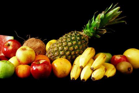 Colorido surtido de fruta fresca sobre fondo negro Foto de archivo